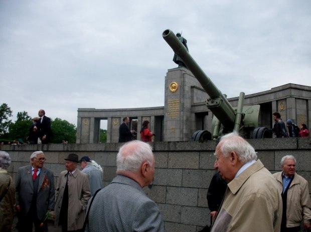 Ветераны вспоминают и празднуют  День Победы... в Берлине.