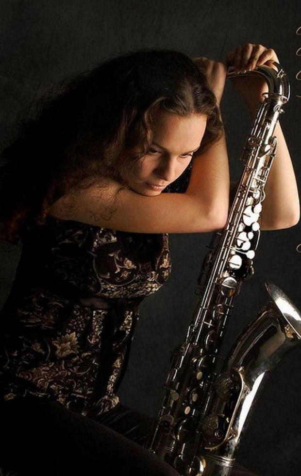 Клип девушки с саксофоном и черными пышными волосами — pic 3