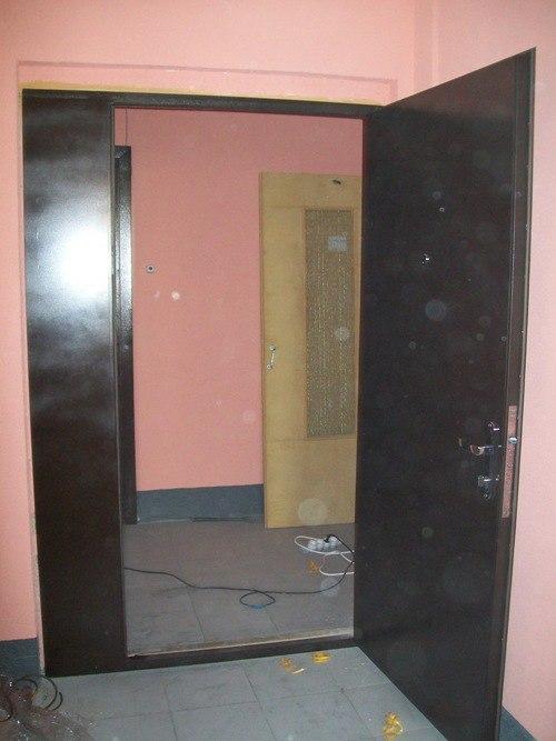 дополнительная металлическая дверь на площадке из 4 квартир