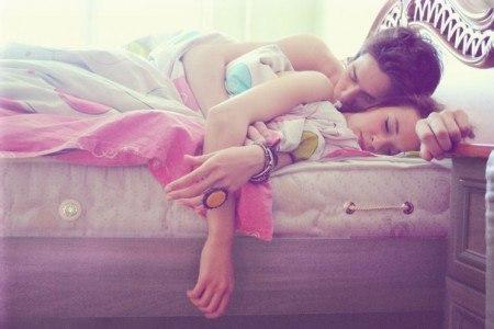 трахає спящую сестру фото