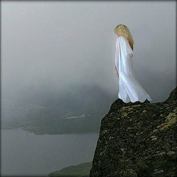 при походной она стояла на краю обрыва картинка кто