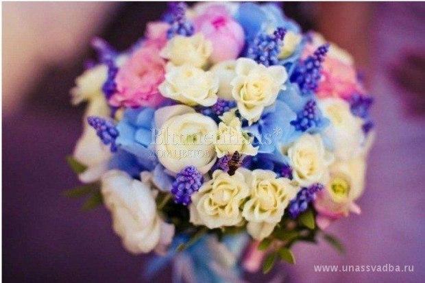 Свадебный букет в синем цвете с пионами