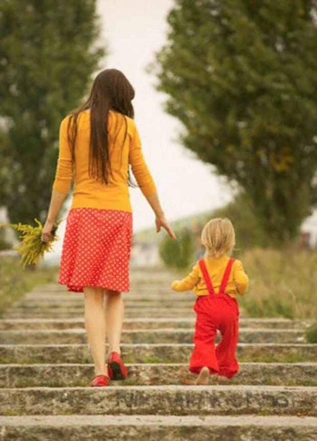 картинка дочка с мамой идут за руку этого