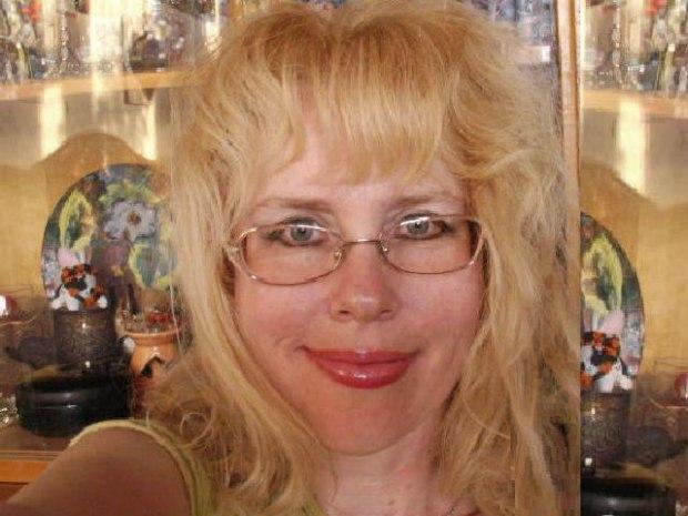 Красивый секс с аппетитной блондинкой в зеленой кофте с капюшоном