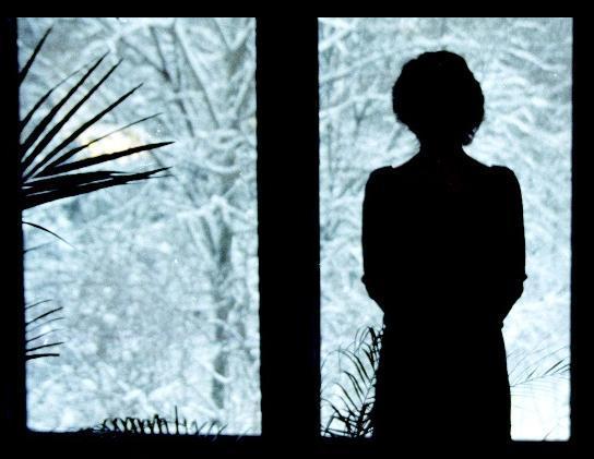 фото женщина у окна грусть