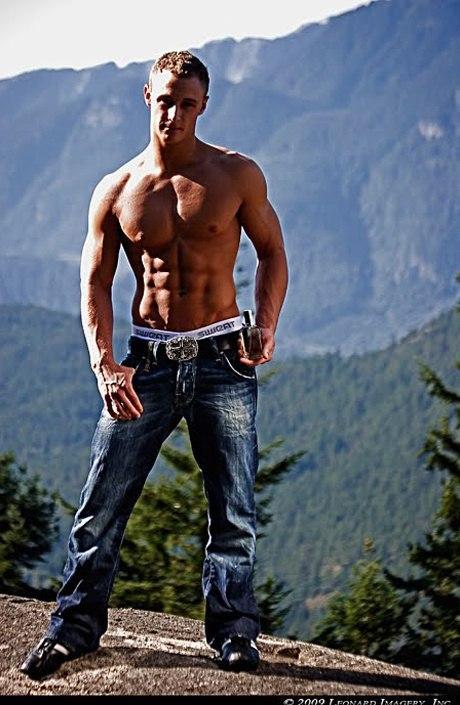 Приспущенные джинсы молодых красивых парней фото