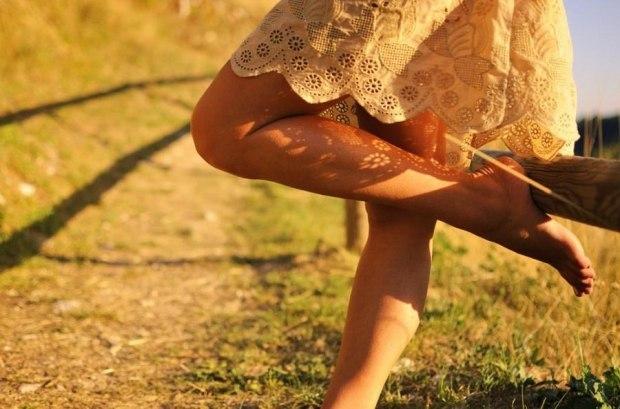 красивые женские ножки на плечах мужика три вида термобелья: