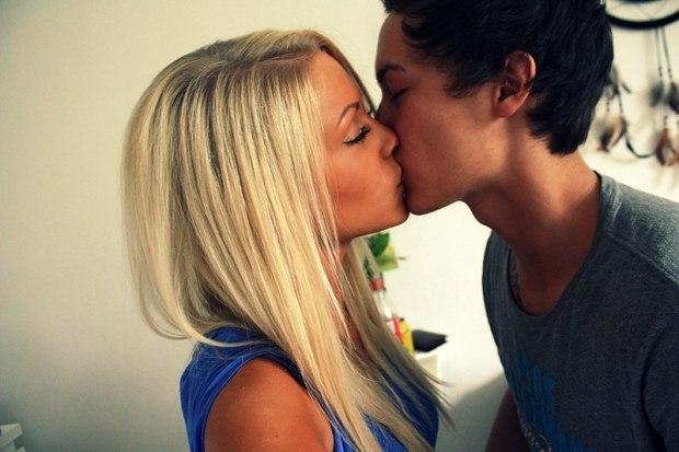 брюнетка и блондинка поцелуй фото